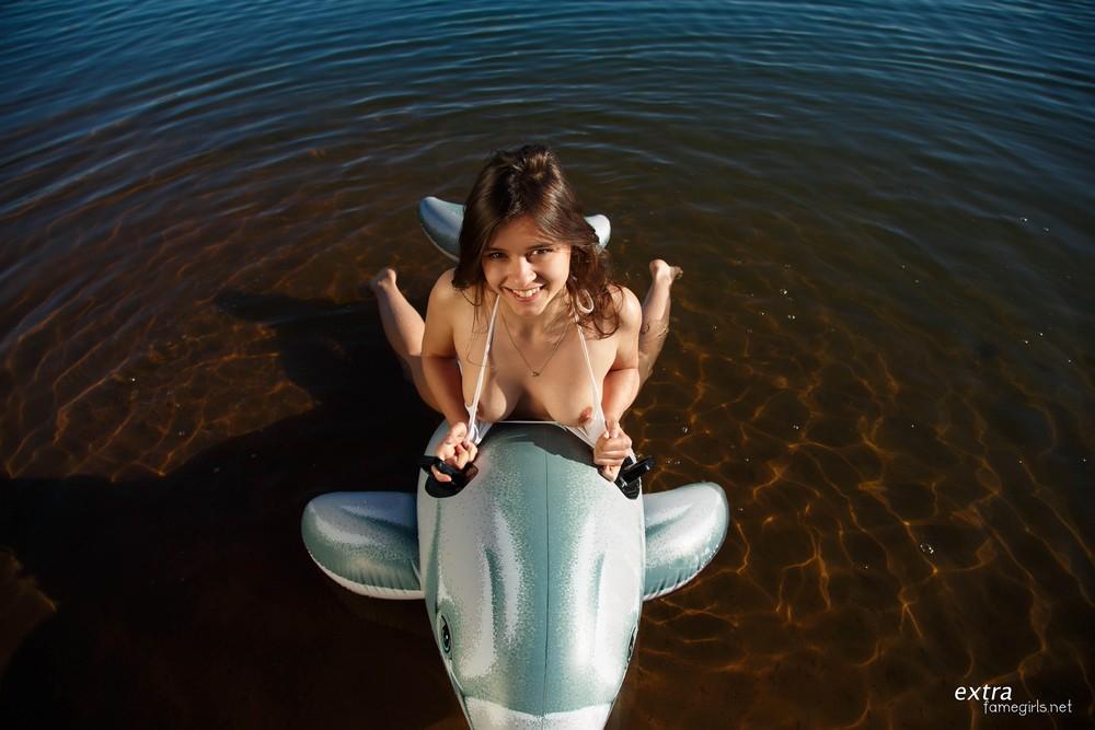 Audrey с надувным дельфином