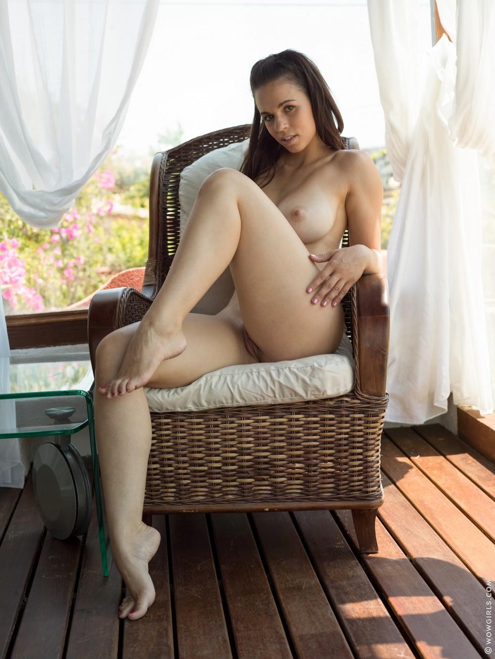 Nekane позирует в кресле