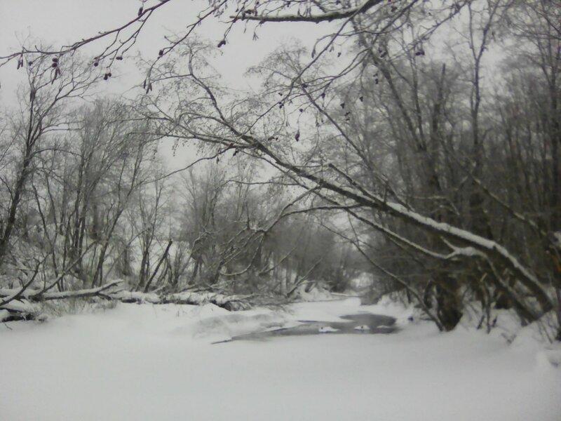 Река замерзла.