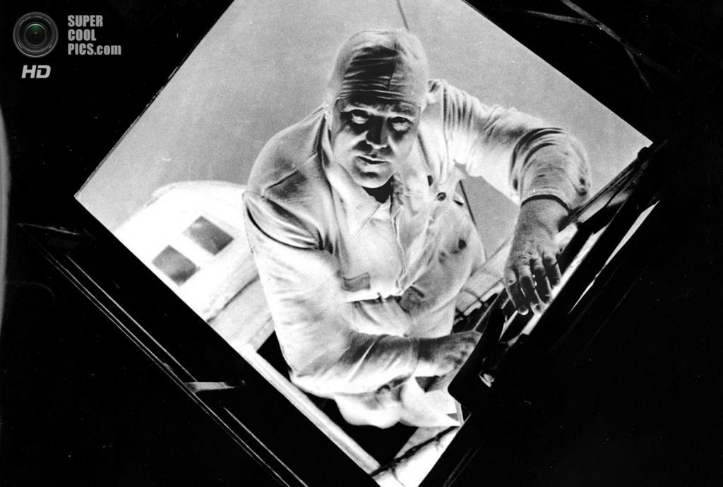 Август 1933 года. Механик дирижабля «Граф Цеппелин» в гондоле заднего двигателя. (AP Photo/Alfre