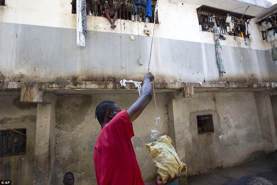Арестант кладет еду в пакет, чтобы поделиться с другими. Те заключенные, которым не повезло с родств