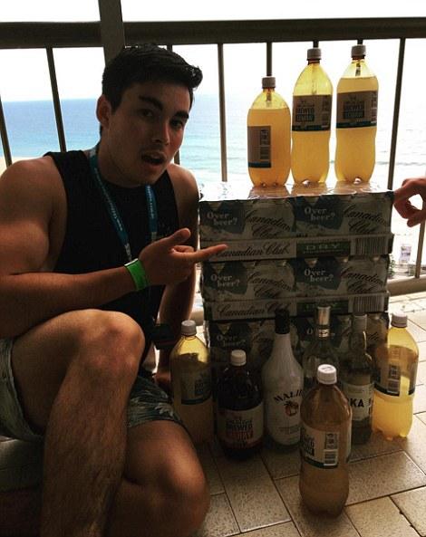 Парень демонстрирует запас алкоголя.