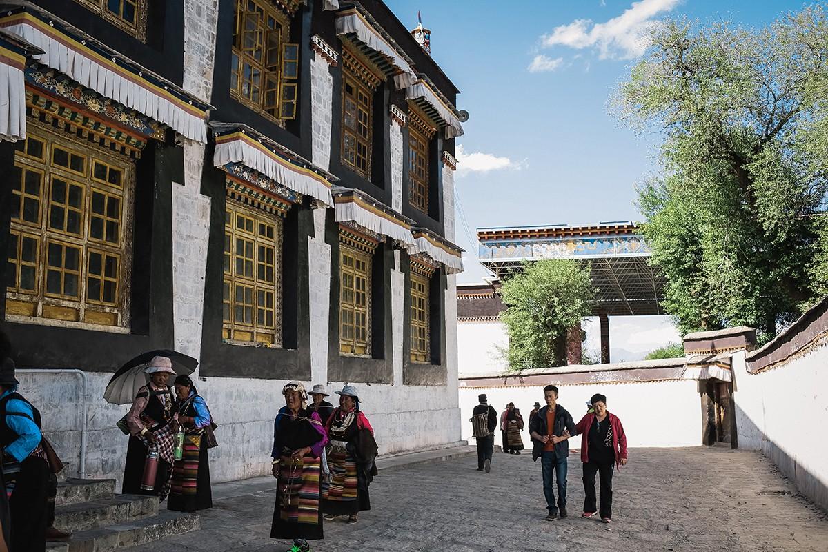 28. Пройдя по всем храмам, мы вместе с другими посетителями покидаем монастырь и отправляемся заселя