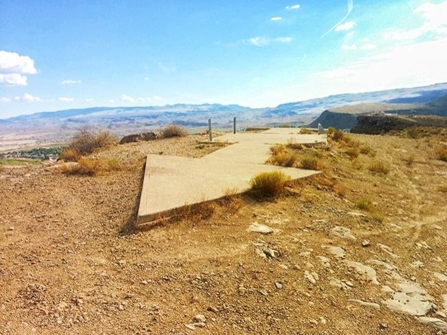 © wikipedia  Впустыне Аризоны наземле можно увидеть огромные 20-метровые каменные стрелки. В