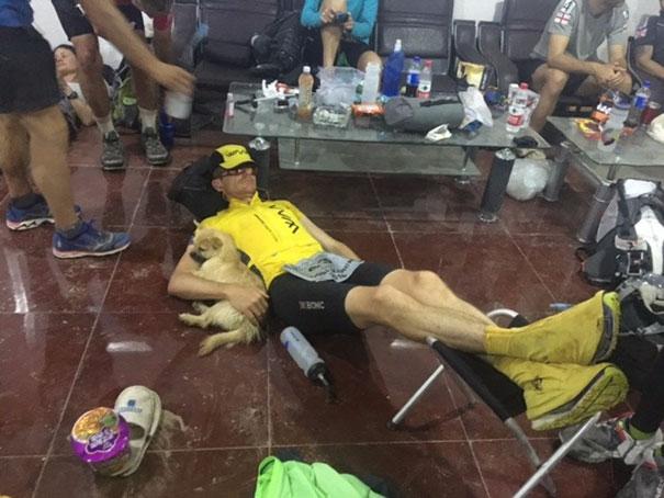 На данный момент шотландский спортсмен решительно настроен забрать собаку с собой, несмотря на множе