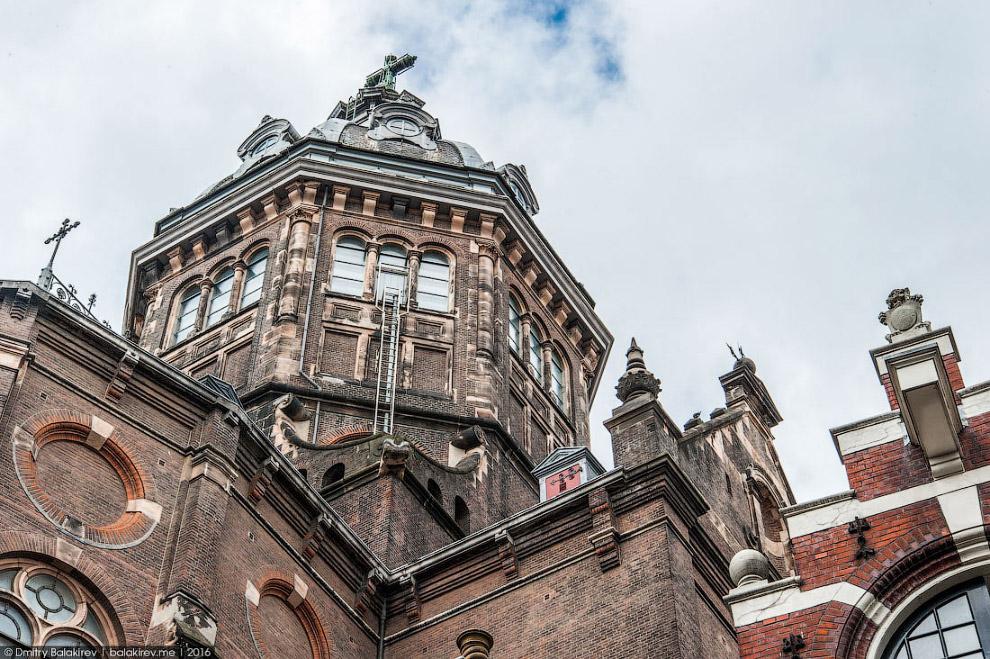 5. Амстердам настолько фактурный и фотогеничный город, что люди фотографируются везде. Даже на