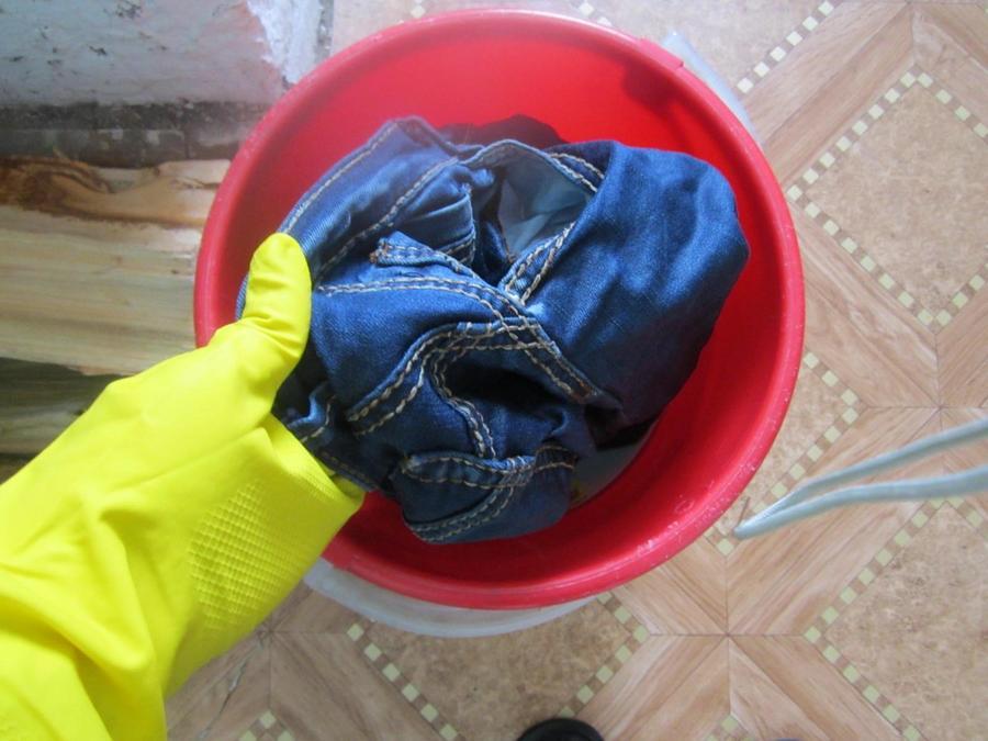 44. Проверяю, достаточно ли отстирались джинсы. Накануне я свалилась в самую грязь, и сбоку было нес