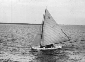 Общий вид яхты на воде