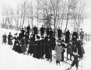 Члены кружка любителей лыжного спорта Полярная звезда на лыжной прогулке