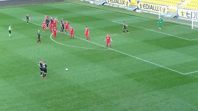 Футболист изУкраины пробежал мимо мяча, став помощником забитого гола