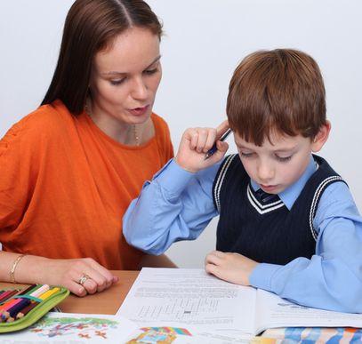 Мама и ребенок делают уроки