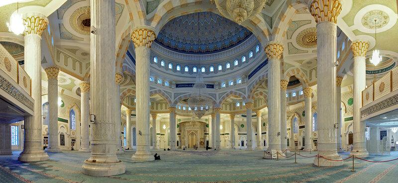 Под центральным куполом мечети