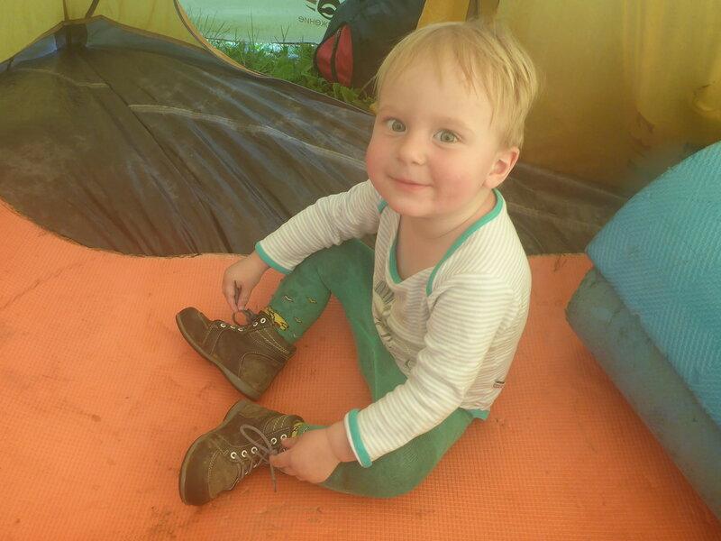 двухлетний ребенок в палатке