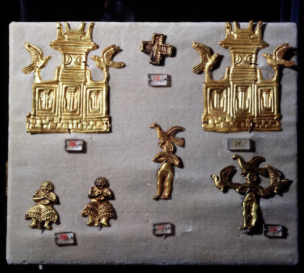 Золотые пластины из могилы 374. Алтарь с двойными рогами и голубями