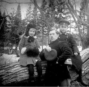 Иван Васильевич Авдонин с детьми