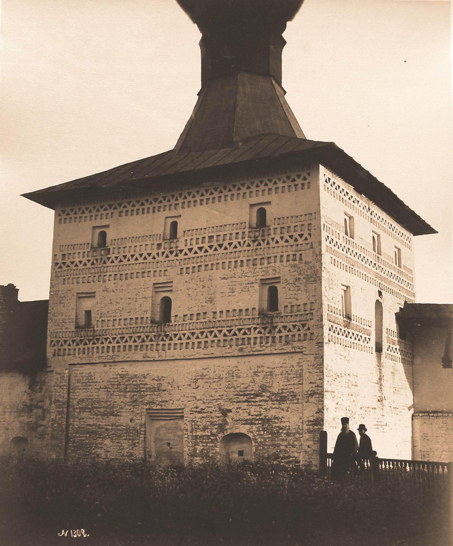 Вид на Малую Косую башню стены Кирилло-Белозерского монастыря