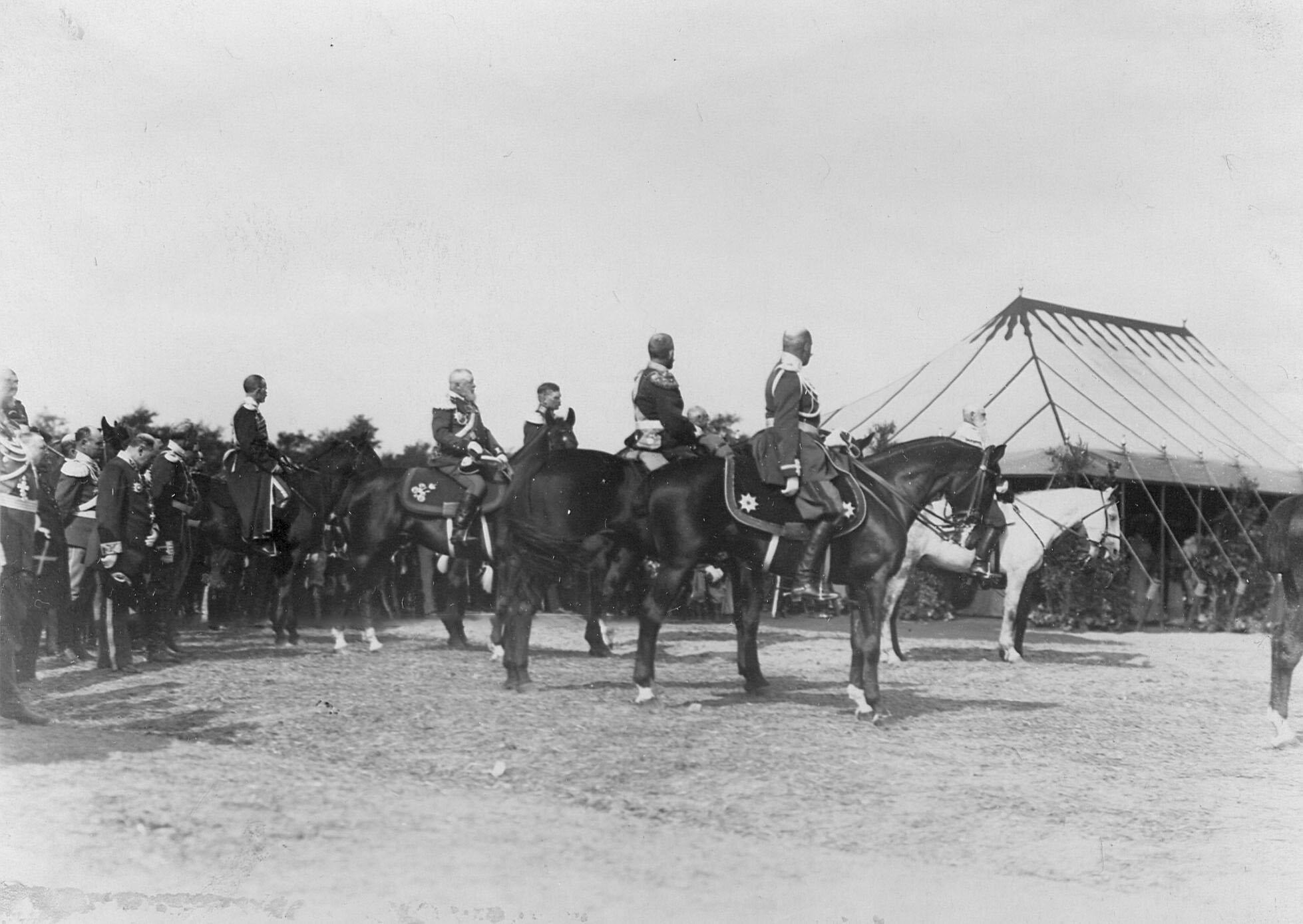 Высший офицерский состав Уланского полка во время богослужения по случаю празднования 250-летнего юбилея полка