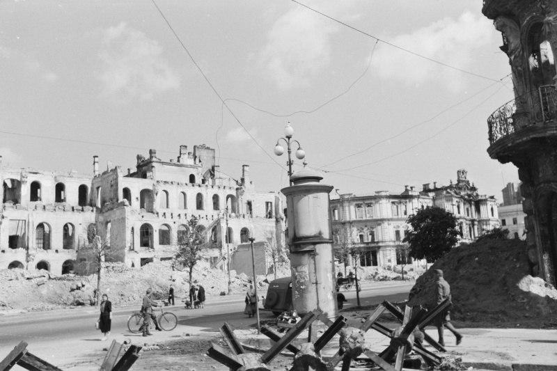 Разрушенные при пожарах в сентябре 1941-го года здания на ул. Крещатик в оккупированном Киеве. 1942 код.