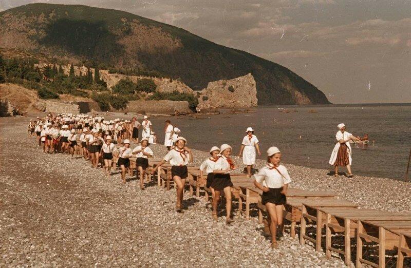 Артек. Пионеры на пляже. 1950-51. Владислав Микоша.jpg