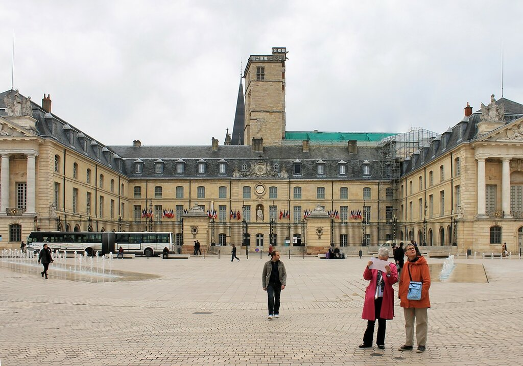 Дижон. Площадь Свободы (Place de la Libération). Дворец герцогов Бургундских (Palais des ducs et des États de Bourgogn)