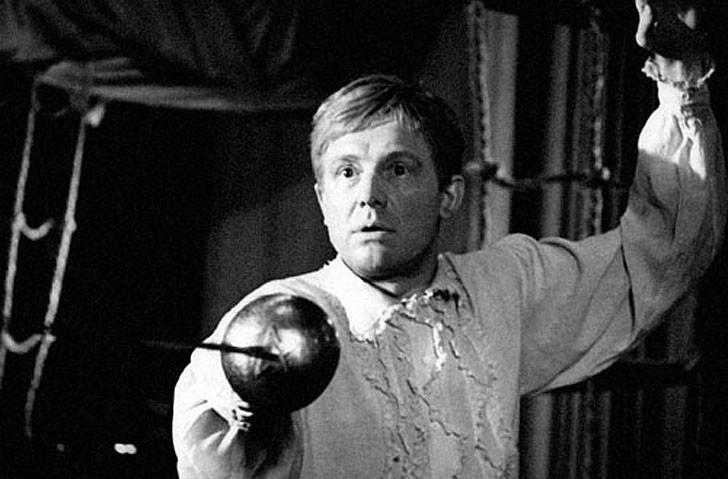 8. Вернемся в театр самодеятельности: там персонаж Смоктуновского играет роль Гамлета. Что интересно