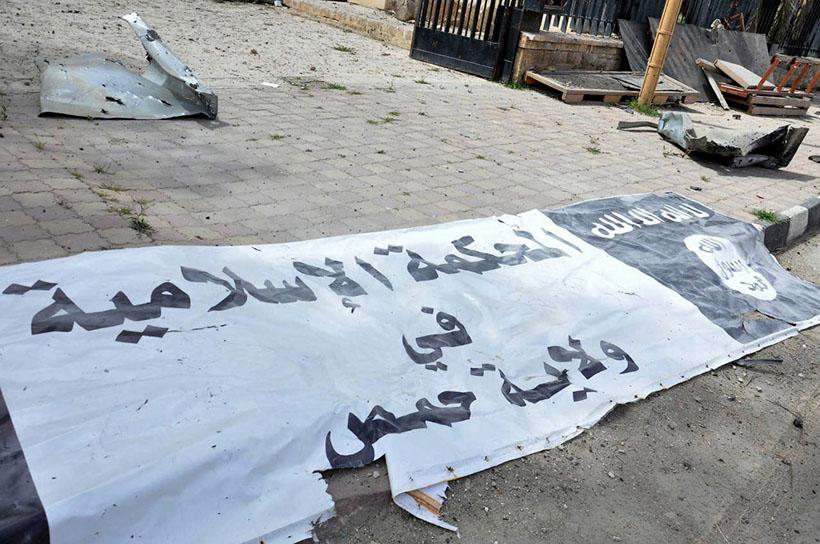 15. Флаг ИГ, который снял солдат правительственных войск. Пальмира, 27 марта 2016.