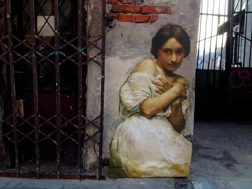 Однажды, бродя по Лувру Жюльен де Касабьянка набрёл на портрет незнакомки кисти Энгра. Жюльен сфотог