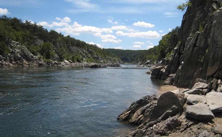 В эту реку не ведется ни сброс отходов, ни захоронение радиоактивных отходов. Она опасна сильными по