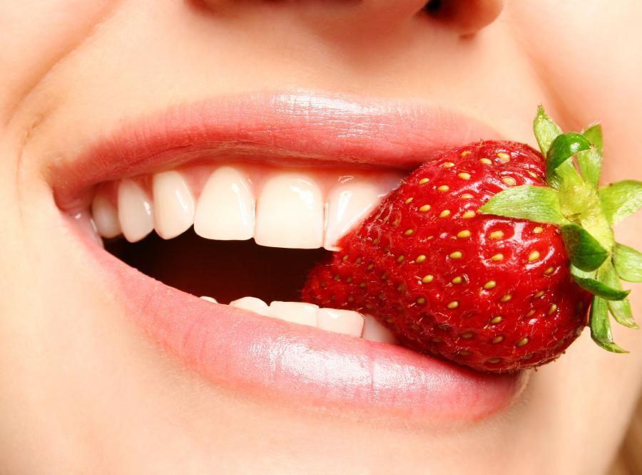 5. Ешьте клубнику Благодаря содержанию в клубнике яблочной кислоты, кальция и фтора, она отлично отб