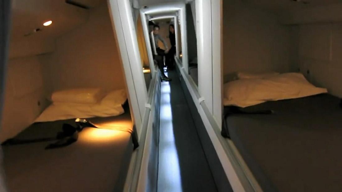 10. На Boeing 777 есть длинный узкий коридор с койками по обе стороны.