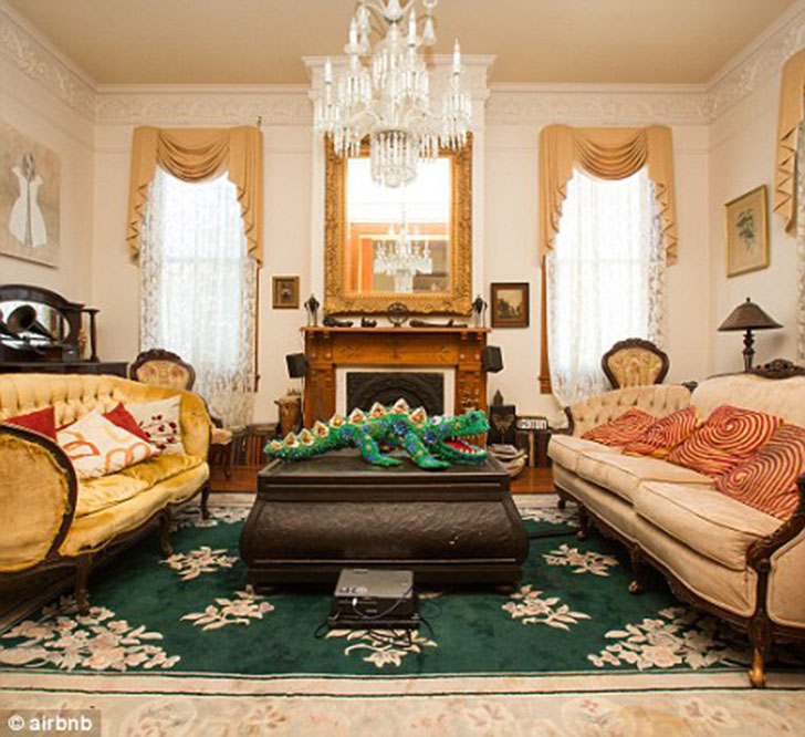 По спальне часто порхает девушка из 1890-х годов в желтом платье.