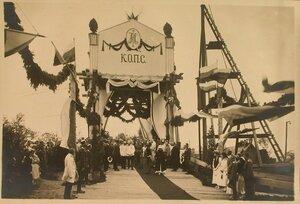 Группа участников торжественной закладки железнодорожного моста в присутствии вдовствующей императрицы Марии Федоровны (в центре в сером костюме).