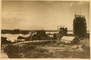 Вид на кессоны с левого берега Днепра.