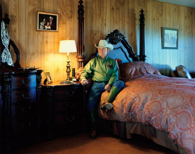 Инспектор Бутс О'Нил позирует в своей спальне на ранчо «Четыре шестёрки» (The Four Sixes Ranch) в Гатри, штат Техас, 2009 год. «В свои 77 лет он до сих пор ездит верхом и трудится каждый день. В тот день, когда я делала этот снимок, была третья годовщина со дня смерти его жены. Её шейный платок до сих пор висит на трюмо», – рассказывает Хилтон.