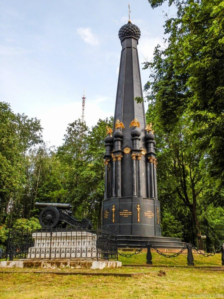 """СЧмоленск, Лопатинский сад, Памятник """"Защитникам Смоленска 4-5 августа 1812 года"""" и бронзовая пушка"""