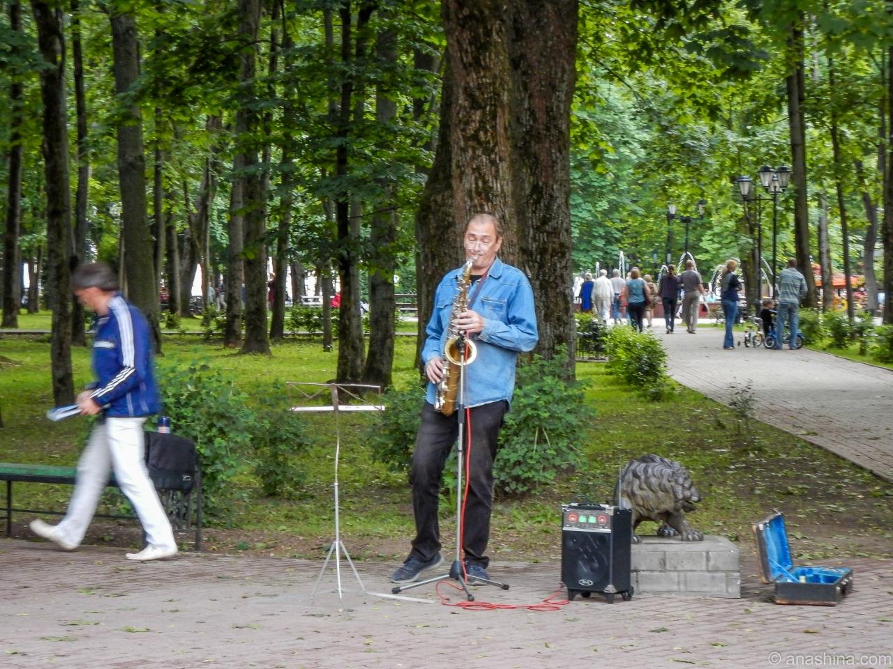 Музыканты рядом со статуей льва, сад Блонье, Смоленск