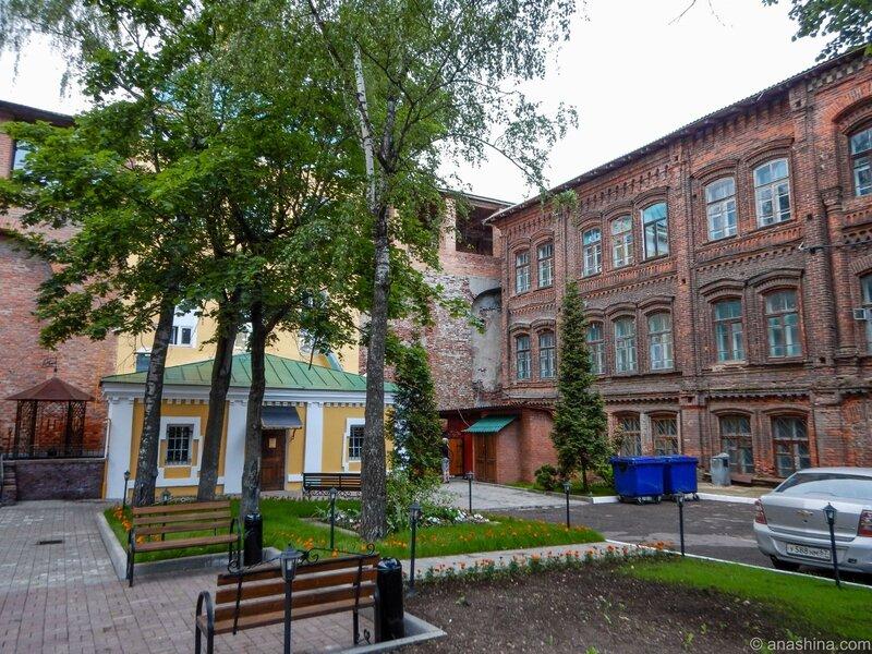 Пятницкая башня смоленской крепостной стены и здание Архивного управления мэрии Смоленска
