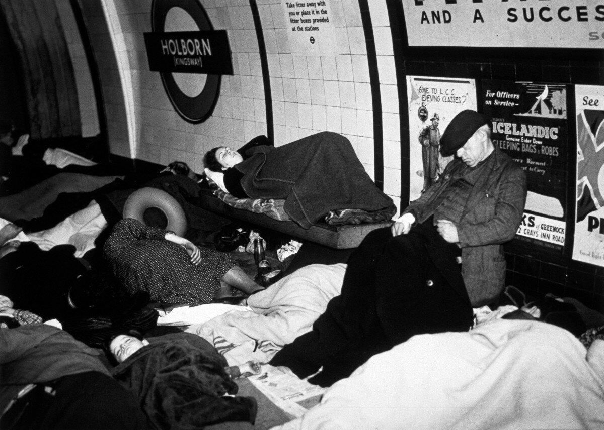 1940. Люди, спят на платформе станции метро «Холборн» во время воздушного налета