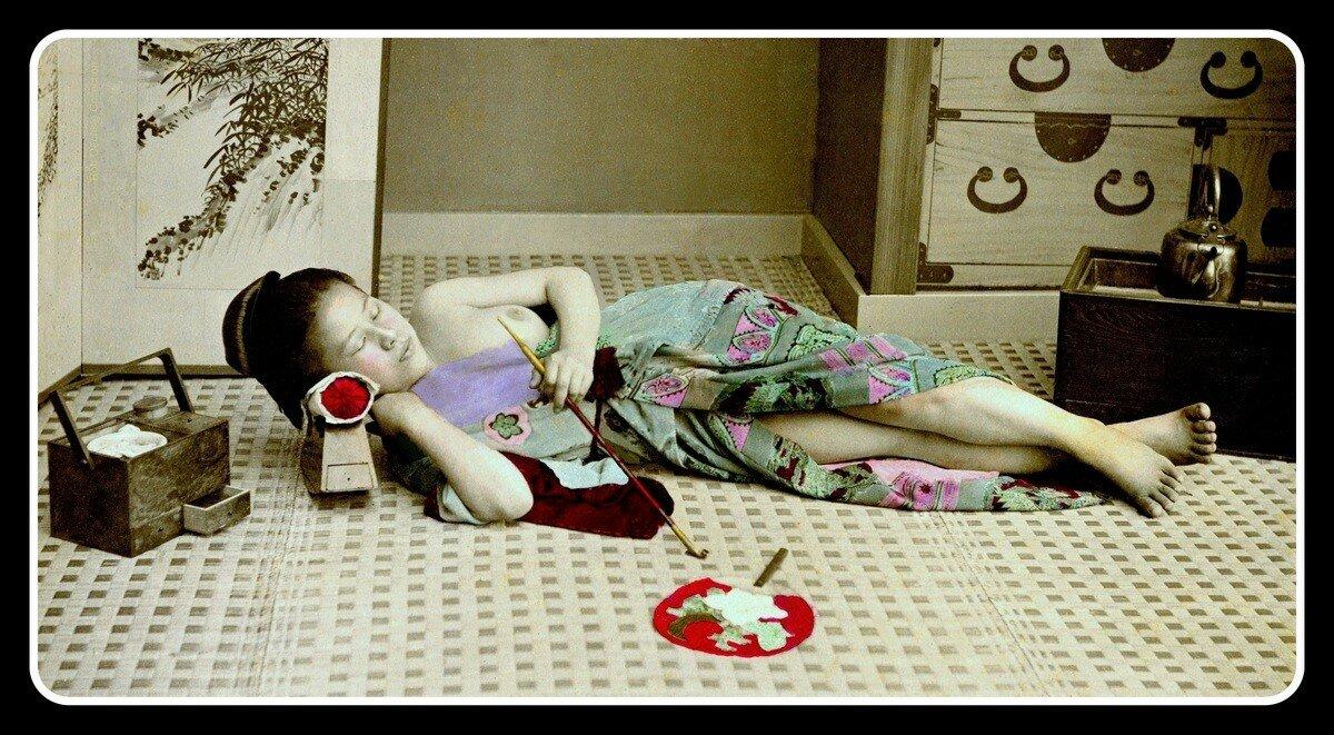 Проститутка курит в постели