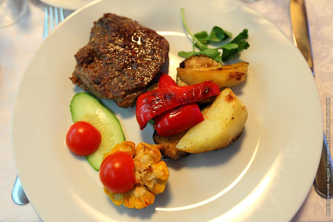 Телячья вырезка и овощное гриль-соте из болгарского перца, кукурузы, картофеля, цукини и баклажана