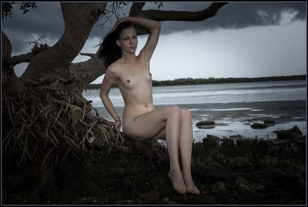 Обнаженная Adrienne у одинокого дерева на берегу