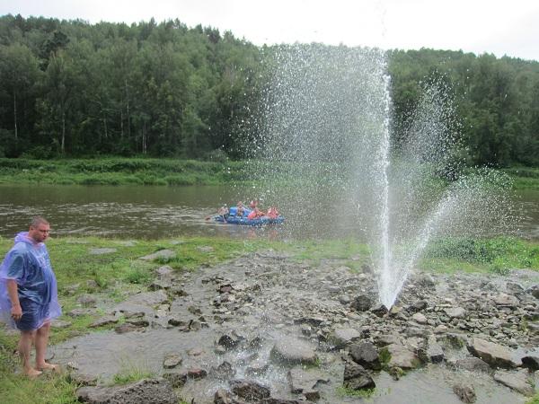 Фонтан наберегу реки Ай