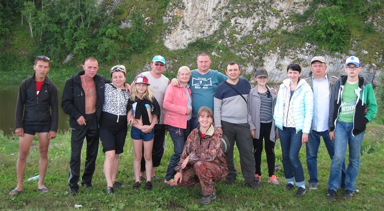 Коллектив турфирмы Тур поУралу сгруппой туристов