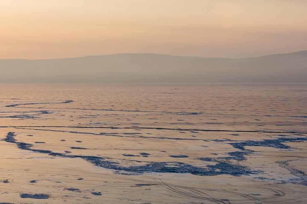 Торосы, трещины, льдины, сугробы дают озеру бесконечные вариации сочетаний рисунка.