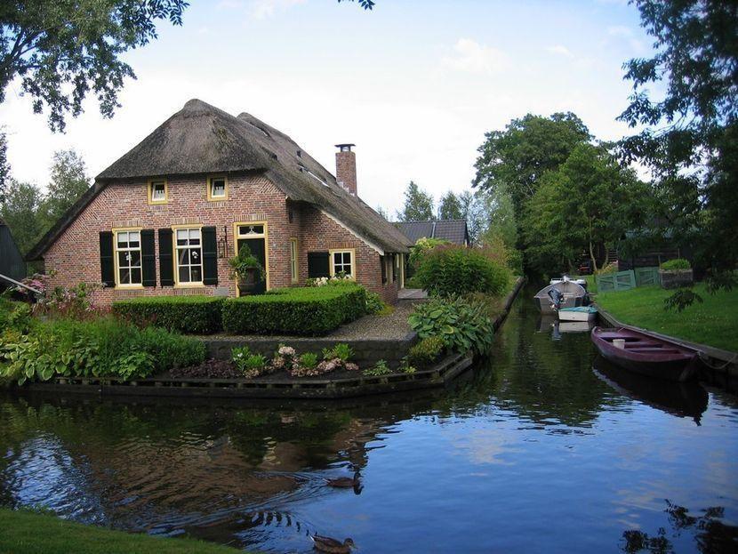 21. Почти все дома в деревне с соломенной крышей — болотистые районы обеспечивают большим количество