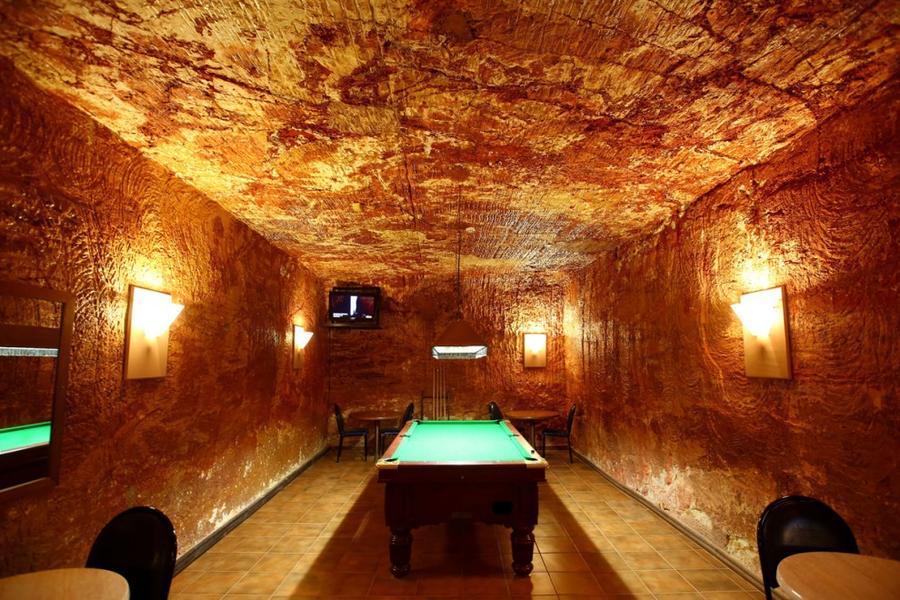 5. Бильярдная в подземном баре гостиницы Desert Cave Hotel в городе Кубер-Педи, Австралия, 22 октябр