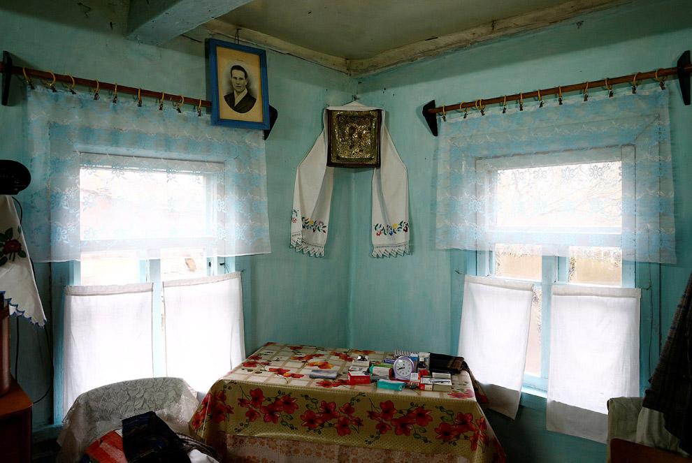 6. Родственники 90-летнего Ивана Шеменка на фотографиях в доме. (Фото Vasily Fedosenko | Reuter