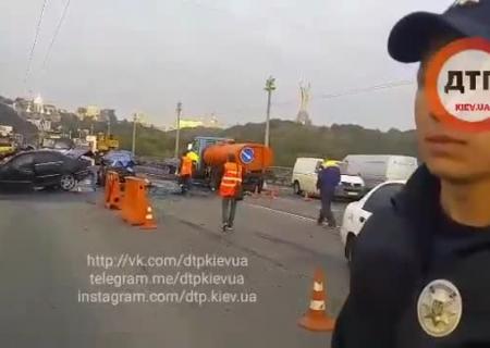 Нетрезвый шофёр спровоцировал вКиеве тройное ДТП спожаром