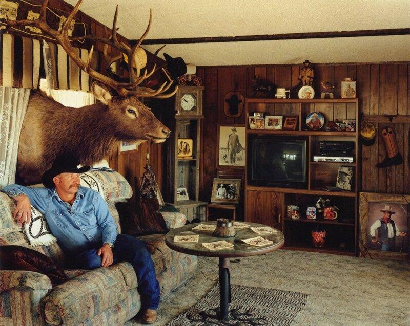 Коллекционер оружия Аллан Рэндольф в своём доме в Бойле, штат Колорадо, 2006 год. «Чучело оленя пришлось затаскивать в дом через окно, так как оно не проходило в дверь», – рассказывает Рэндолф.