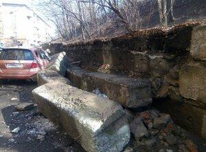 Во Владивостоке подпорная стена рухнула на автомобили